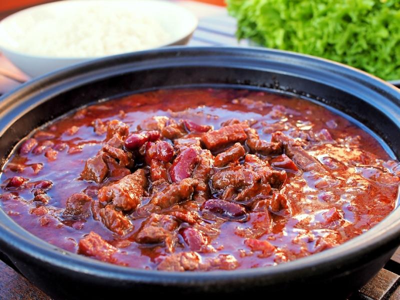 padassa haudutettu chili con carne